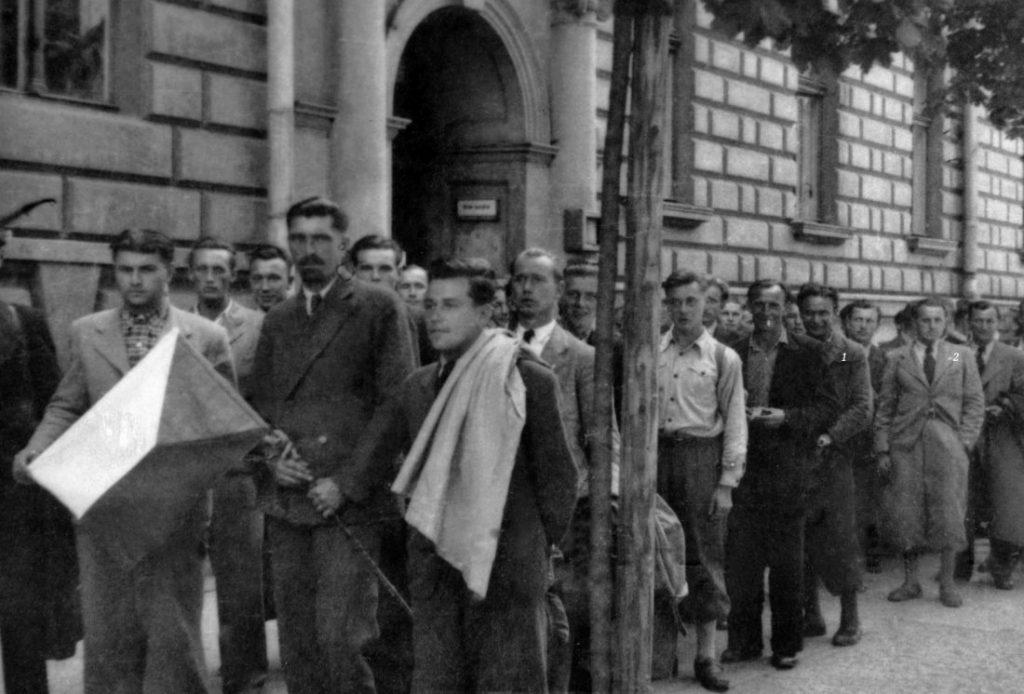 Czechosłowaccy-ochotnicy-zglaszają się do konsulatu w Krakowie lato1939r