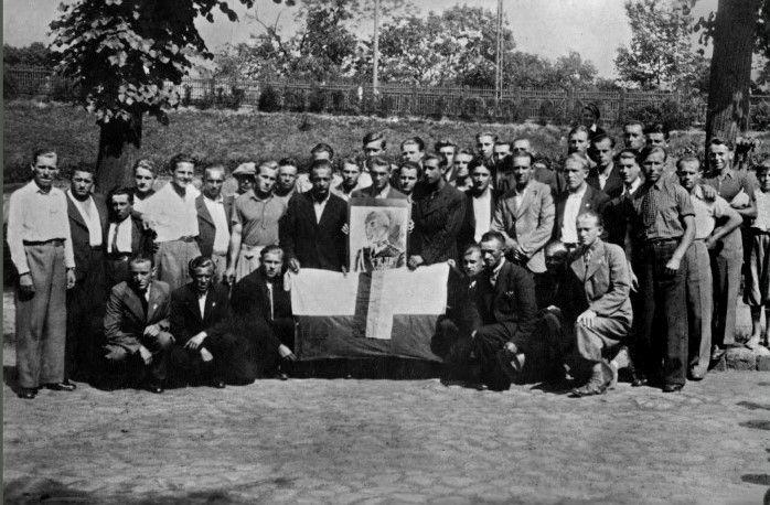 Czechosłowaccy ochotnicy z polską flagą i portretem marszałka Rydza- Śmigłego. Kraków lato 1939 r.