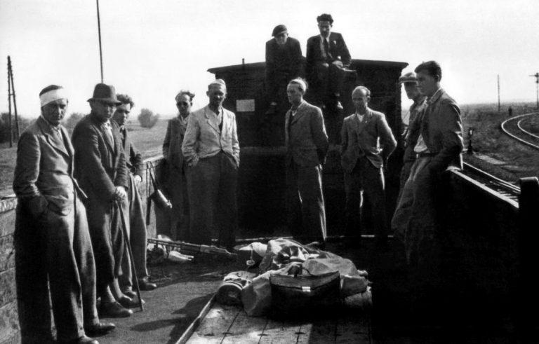 Pociąg z Czechosłowakami w drodze do Tarnopola, po 13 IX, na podłodze lkm wz.28 Browning
